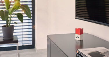 homee präsentiert roten Würfel für das Warema Funksystem WMS